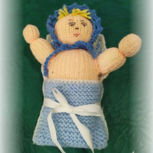 Štrikovano-hačkované bábätko s čiapočkou v modrej perinke s bielou mašľou
