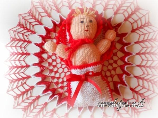 štrikovano-hačkované bábätko s červenou mašľou