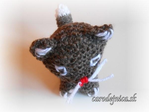 štrikovano-hačkovaná mačička hnedá zvrchu