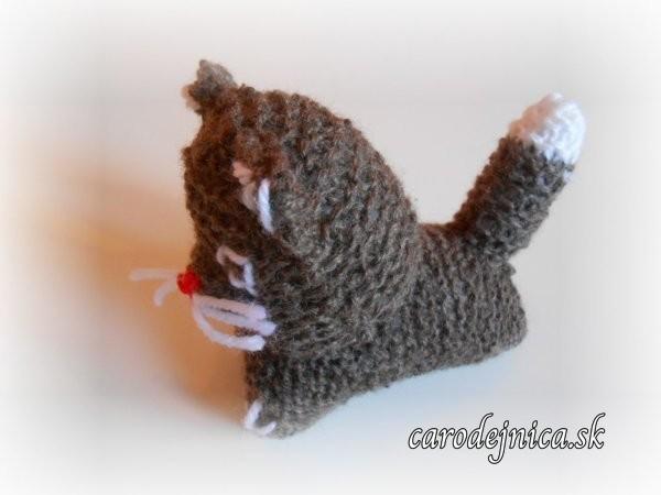 štrikovano-hačkovaná mačička hnedá zboku