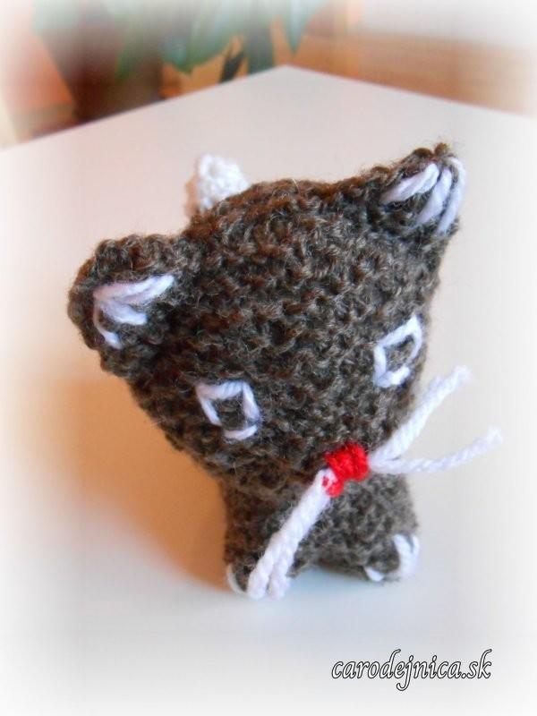 štrikovano-hačkovaná mačička hnedá