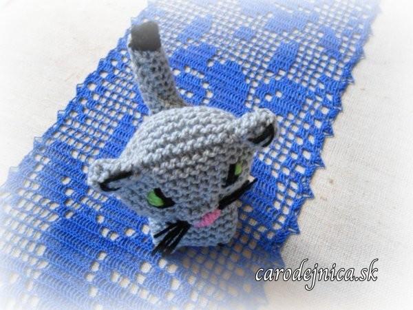 štrikovano-hačkovaná mačička na modrom hačkovanom obruse