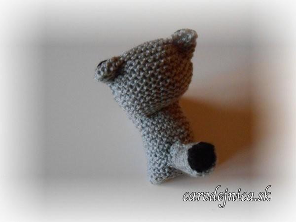 štrikovano-hačkovaná mačička šedá zozadu