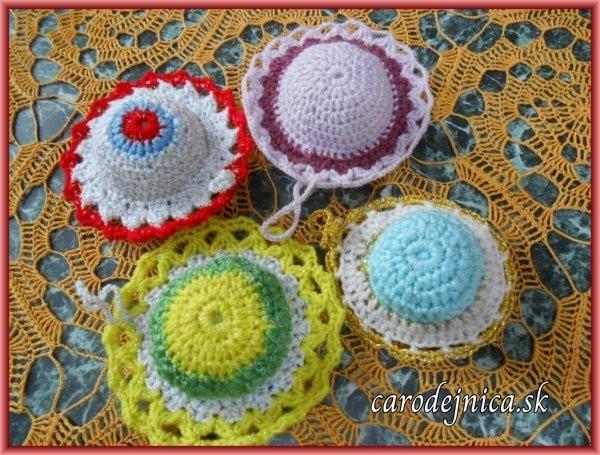 štyri štrikovano-hačkované farebné ihelníčky