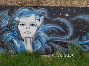 žena s vlasmi medúzy vo vesmíre s hviezdami namaľovaná ako streetart