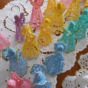 hačkované ozdoby na vianočný stromček - farební anjeli