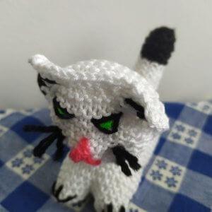 biela štrikovaná mačka