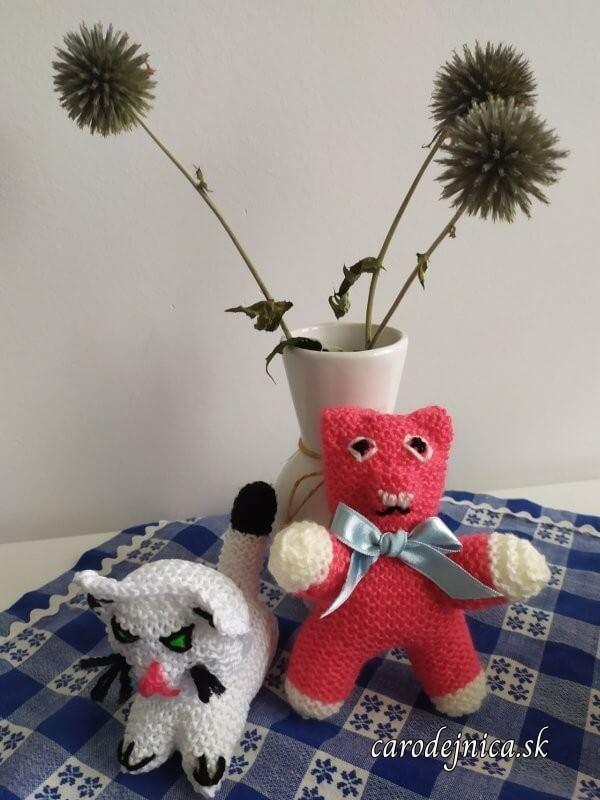 štrikované hračky biela mačka a ružovo-červený macko