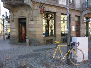Žltý bicykel na ulici v Štrasbourgu