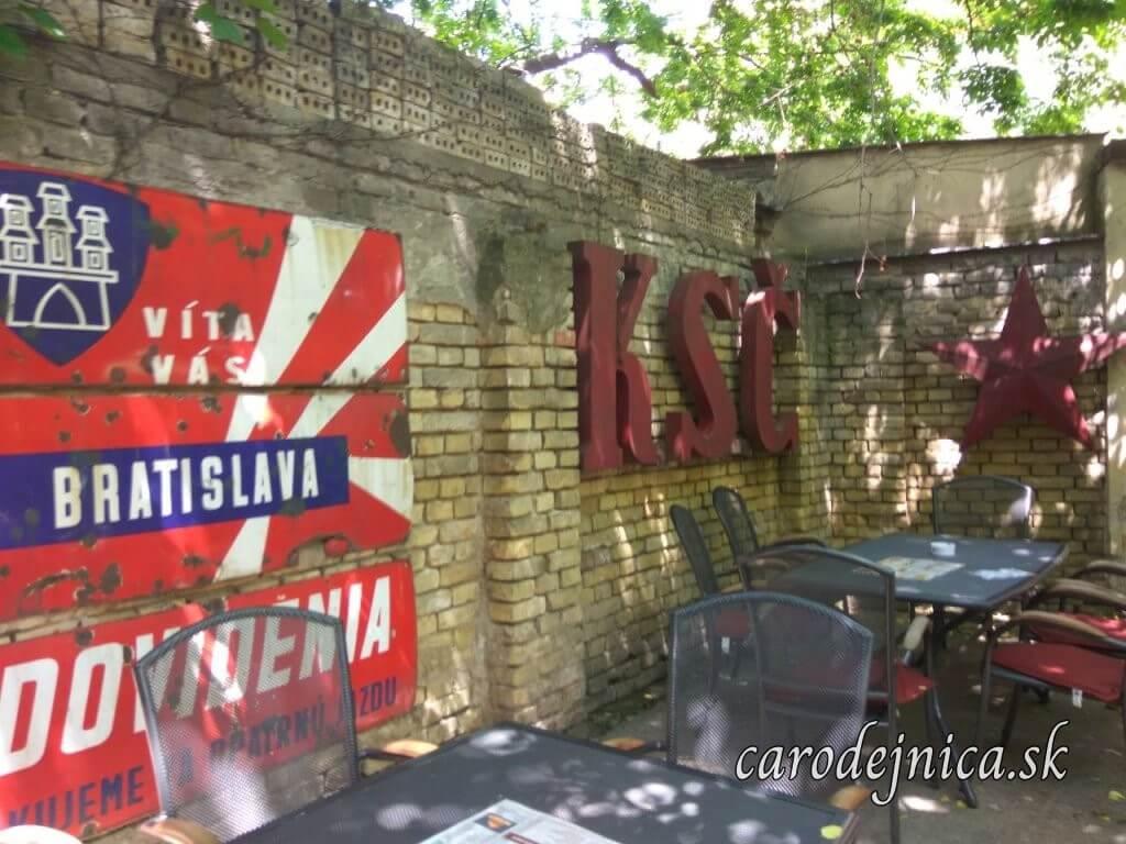Retro záhradná reštaurácia s nápisom KSČ