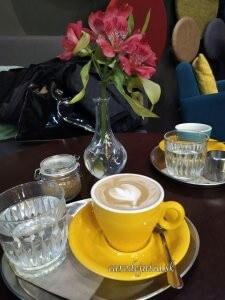 káva so srdcom v žltej šálke