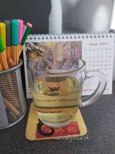 Kalendár 2021 na pracovnom stole a pred ním čaj na podložke
