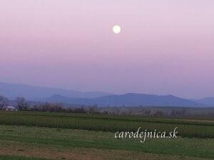 vidiecka krajina v splne Mesiaca
