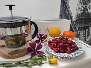 zátišie s čajníkom bylinkami a ovocím